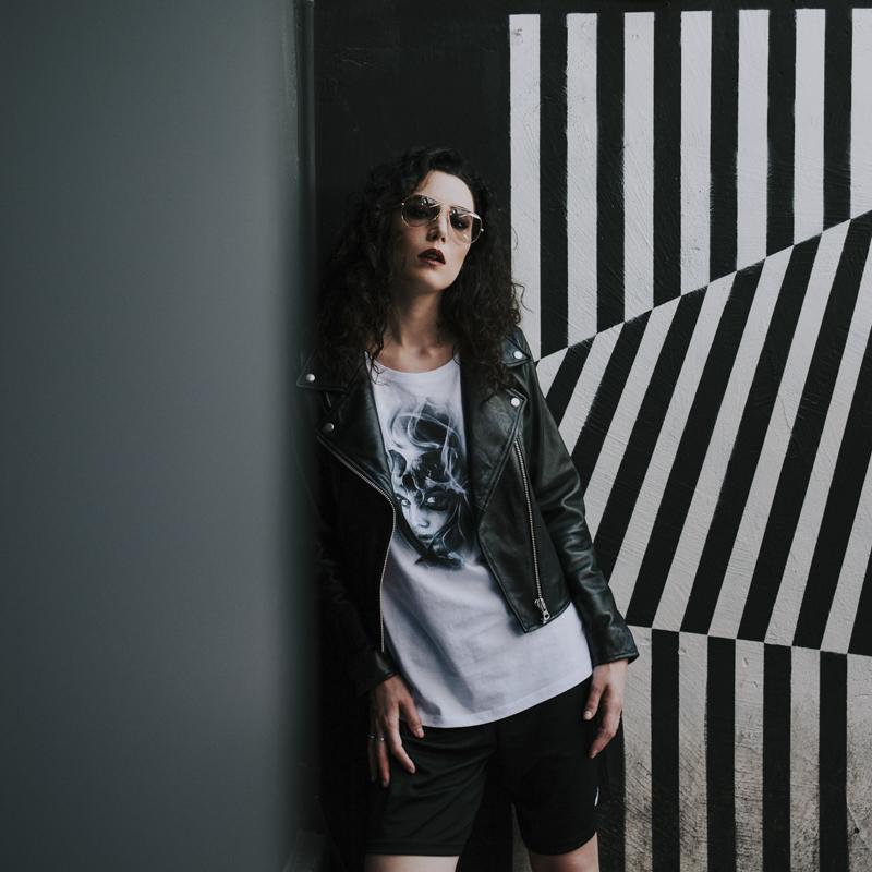 Servizio Fotografico Fashion Roma Art Glamour modella su sfondo optical